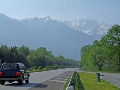 suv-mit-bergen